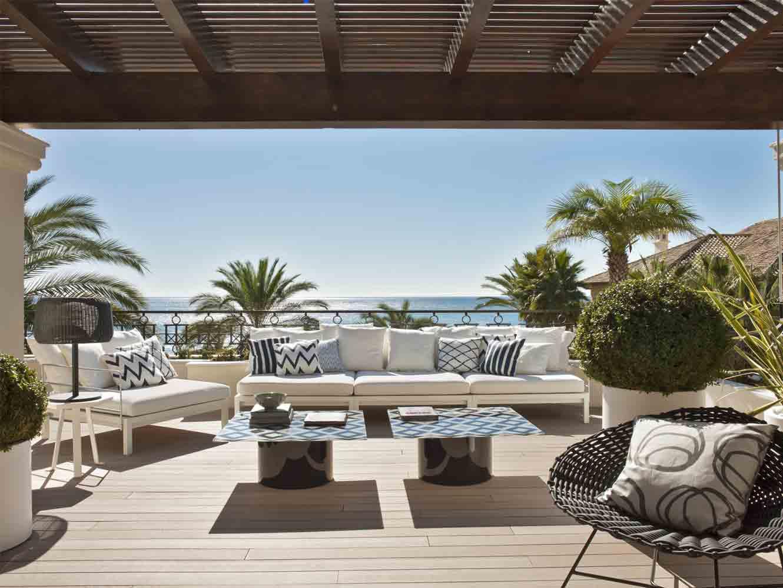 Terraza con patrones zig zag en tonos blancos y azules