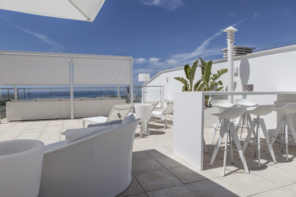 Chill out en terraza con sofás y mesas