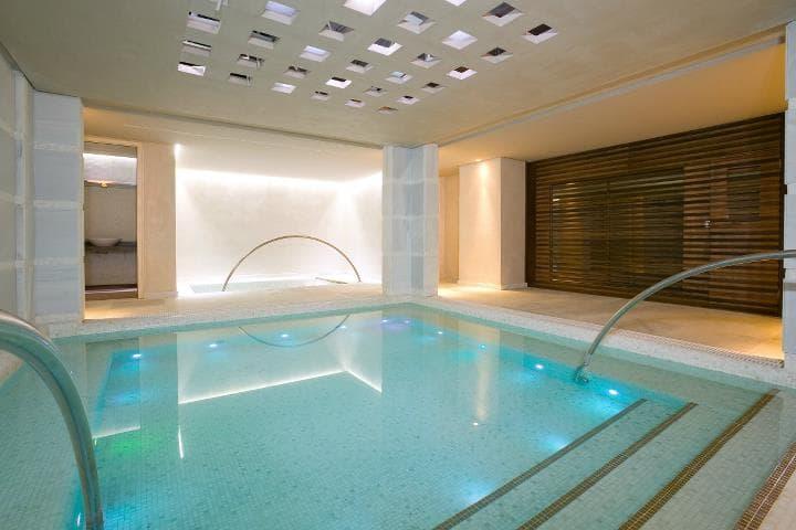 piscina climatizada cuadrada con luces integradas.