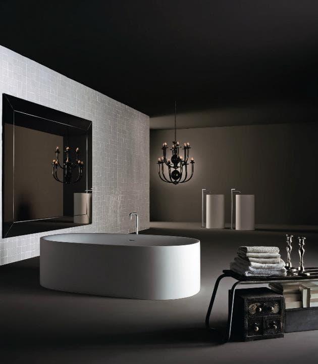 Spa en casa con bañera y luz tenue