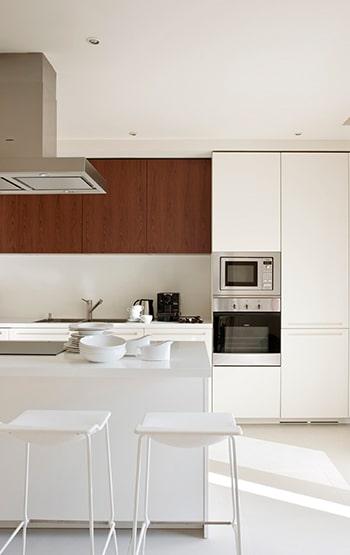 Cocina blanca con electrodomésticos.