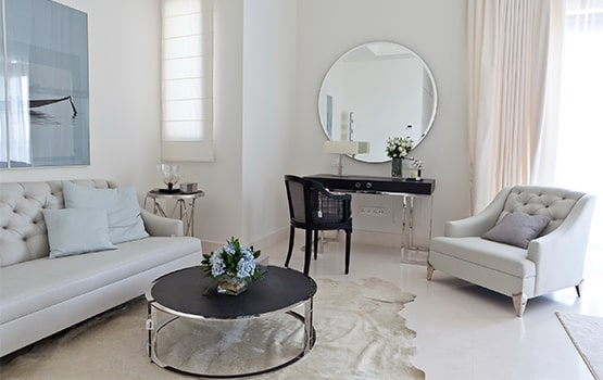 habitación con sillones, mesita y tocador.