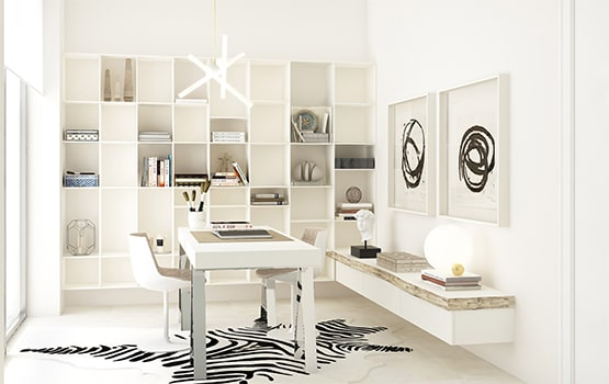 Despacho blanco con mesa y estantería.