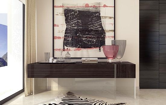 Entrada con mueble de madera, material noble.