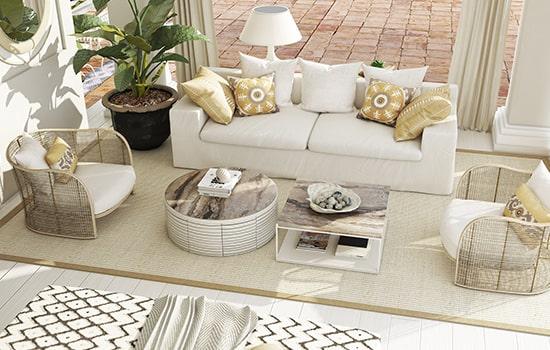 Exterior estilo mediterráneo con sofás y mesas.