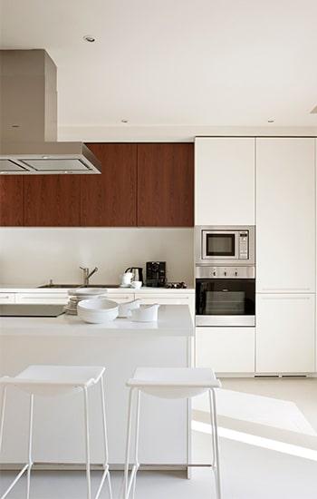 Cocina estilo minimalista con pocos accesorios.