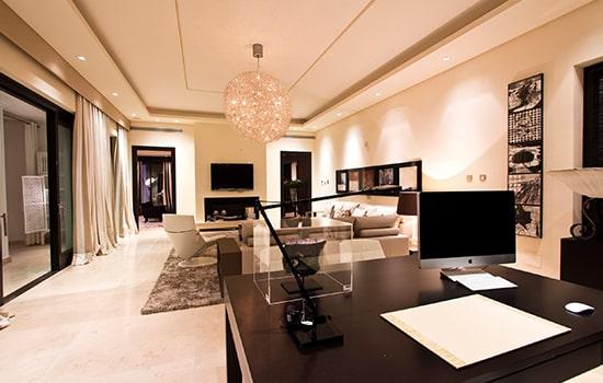 Salón amplio con iluminación cálida.