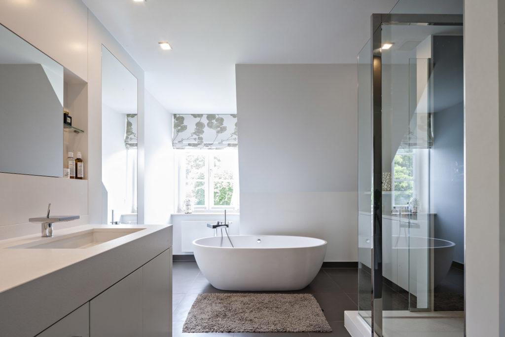 baño estilo minimalista en blanco con suelo oscuro
