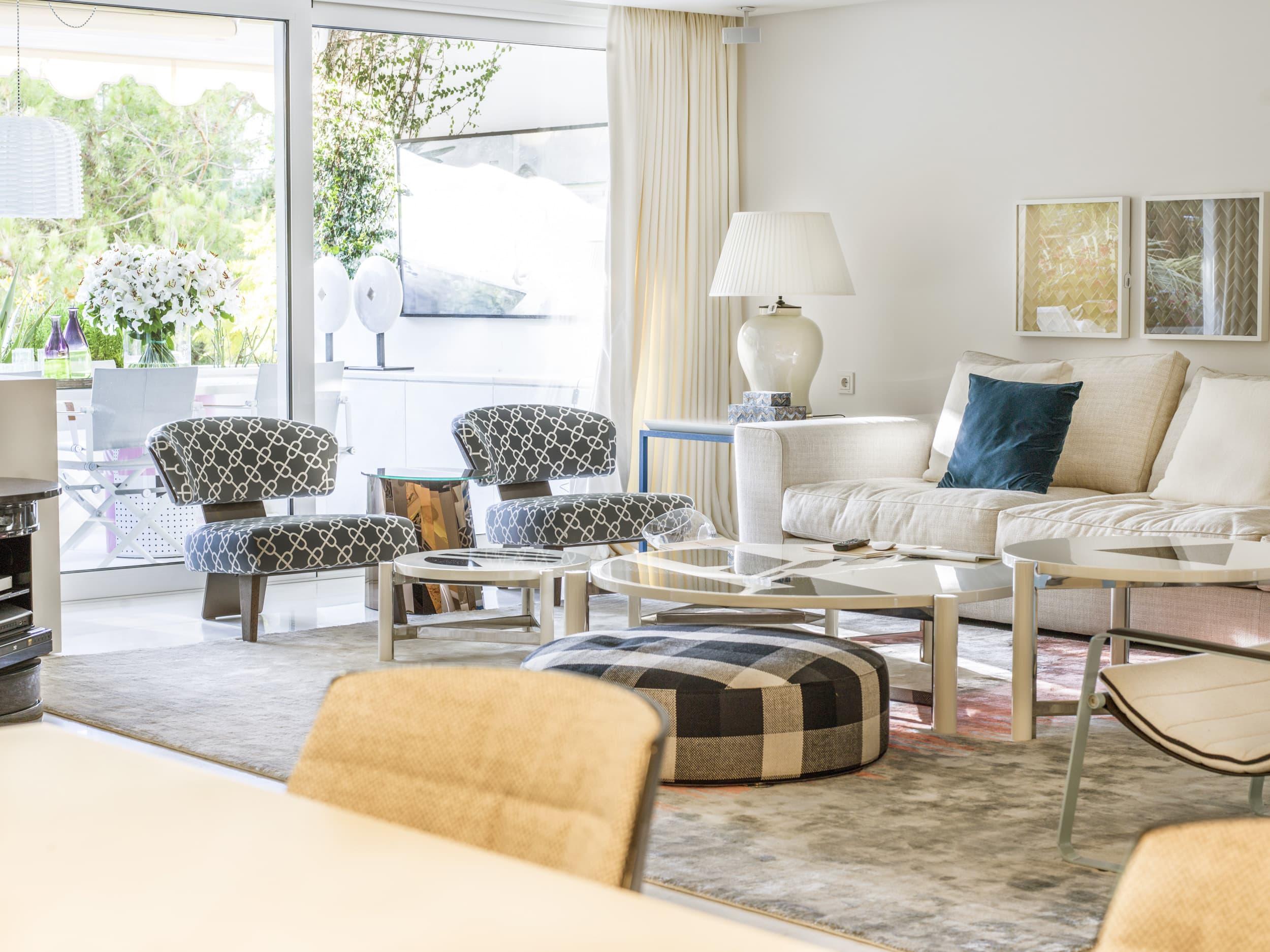 salón con alfombra tamaño grande en gris de pelo corto