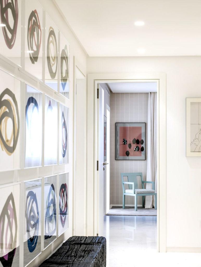 cuadros hechos a mano en un pasillo y habitación.