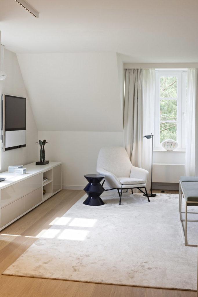 habitación estilo Japandi en blanco con una alfombra.