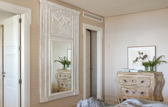 Dormitorio con espejo blanco